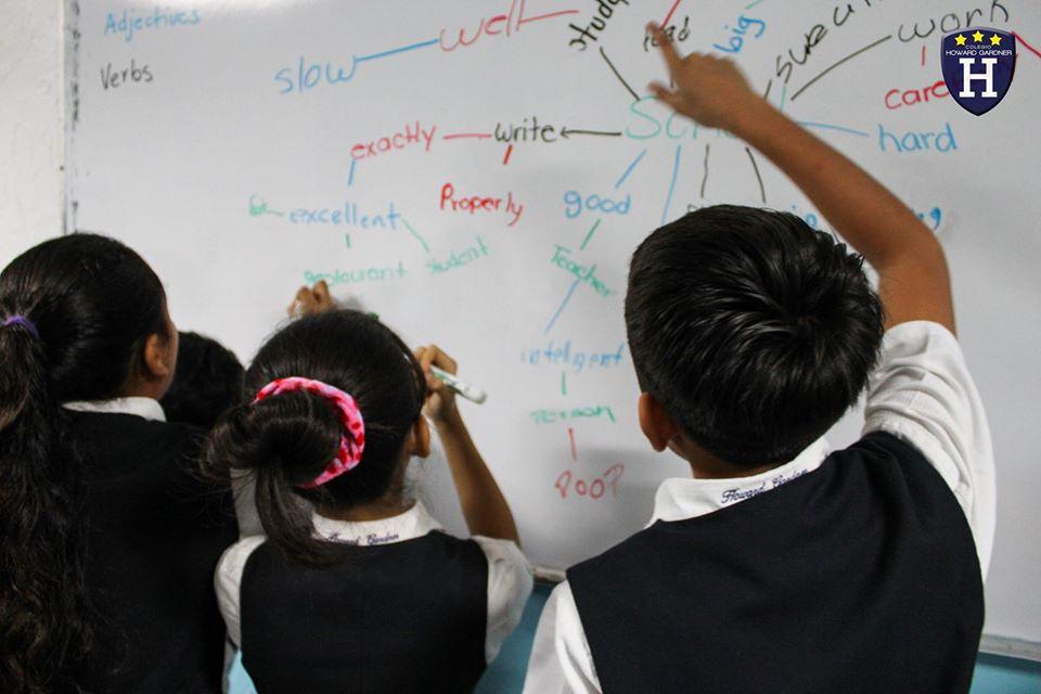 Los alumnos de 6° Diamond practican la estructura de las oraciones en inglés