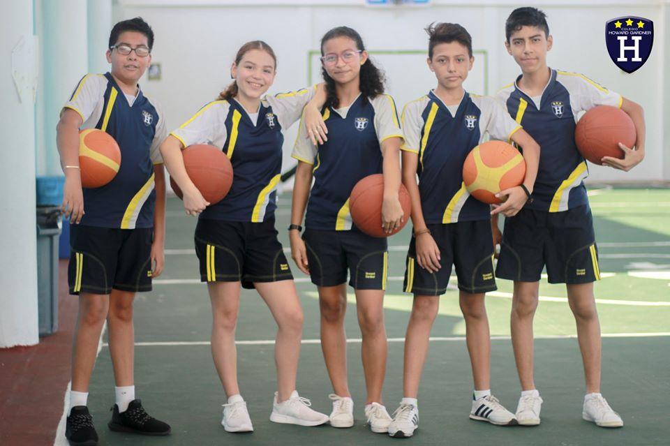 2° Silver se ejercitan con Básquetbol en Educación Física