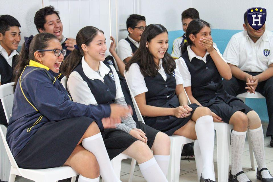 Secundaria se sale de la rutina con un sketch de teatro a cargo de la maestra Pilar Ramírez